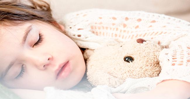 Schlafendes Mädchen mit Teddy